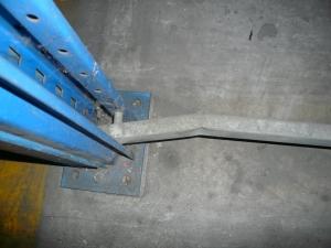horizontal deteriorada de bastidor de estanterías metálicas