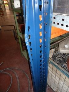 puntal de estantería abierto por la parte posterior
